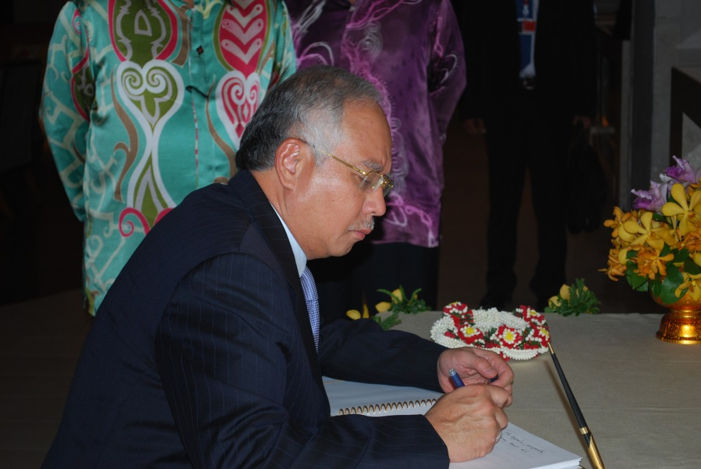 Malaysia PM Najib Razak writes a note wishing the Thai king well, while attending the ASEAN summit in Hua Hin, Thailand, in October 2009 (Photo: Simon Roughneen)