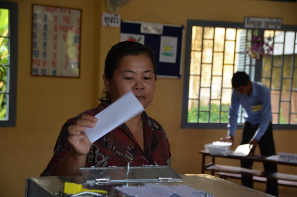 Woman votes in Chaktomuk school voting station in Phnom Penh on Sunday morning (Photo: Simon Roughneen)