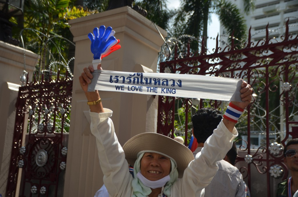 Anti-Thaksin protestors say they serve Thailand's King