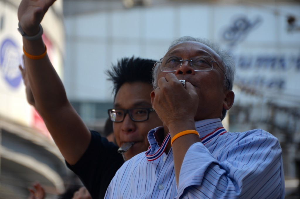 PDRC leader Suthep Thaugsuban joins in whistle-blowing at Asoke intersection in Bangkok on Tuesday morning, Jan. 14 (Photo: Simon Roughneen)