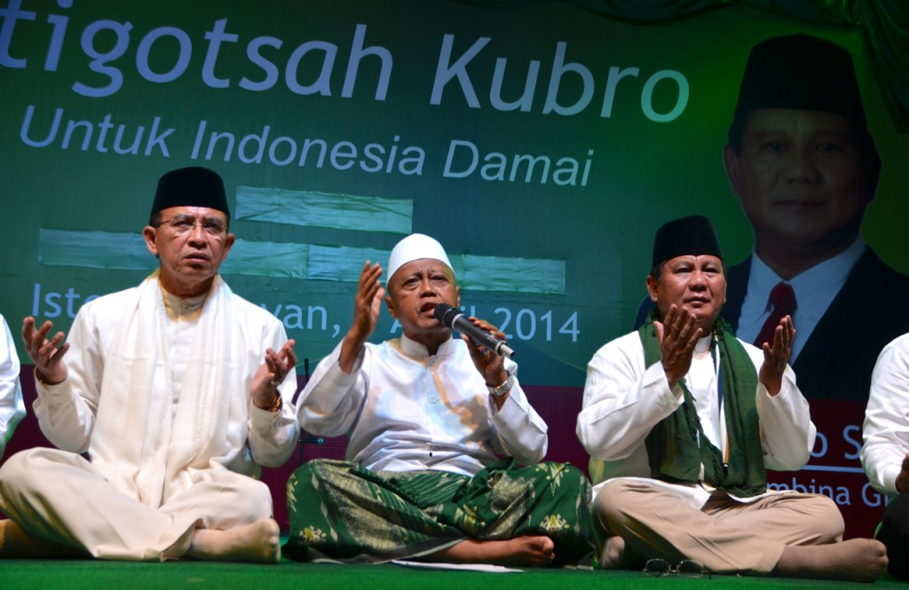 Presidential aspirant Prabowo Subianto (L) and Suryadhama Ali, Indonesia's former religious affairs minister, pictured at prayer event in Jakarta, before April 2014 legislative elections (Photo: Simon Roughneen)