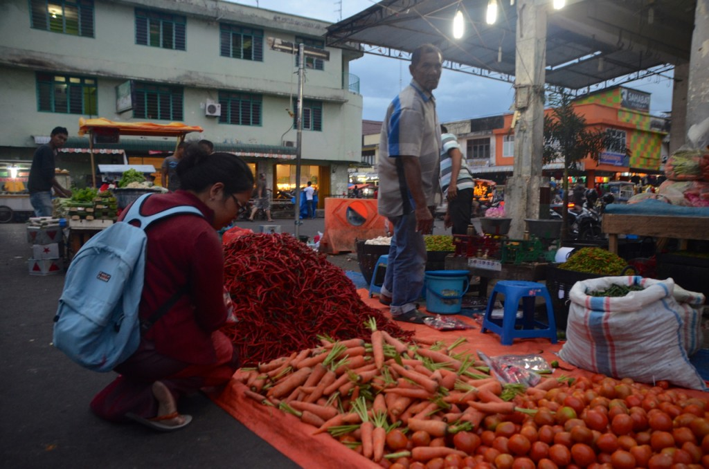 Shopping for vegetables, downtown Banda Aceh (Photo: Simon Roughneen)
