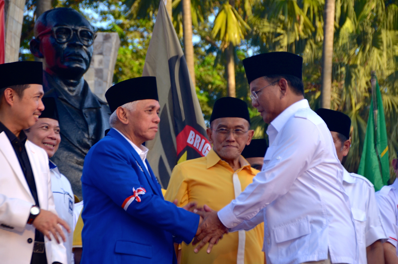 Prabowo Subianto and running mate Hatta Rajasa shake hands at Proclamation Monument, Jakarta,  July 14 2014 (Photo: Simon Roughneen)