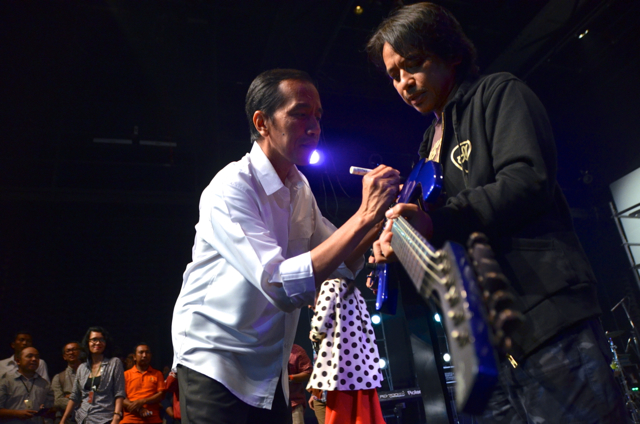 Joko Widodo signs guitar at event organised by supporters in south Jakarta in July (Photo: Simon Roughneen)