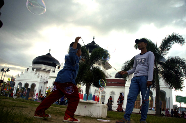 Bursting bubbles outside the the Baiturrahman Grand Mosque, a popular meeting place in downtown Banda Aceh (Photo: Simon Roughneen)